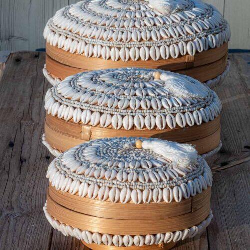 Boks i bambus dekorert med skjell