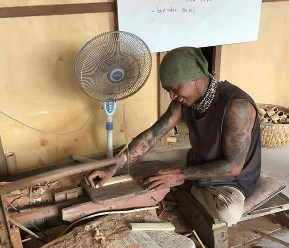 Håndverker lager bambus bestikk på Bali