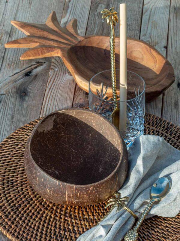 Borddekking med tre, kokos, messing og lin