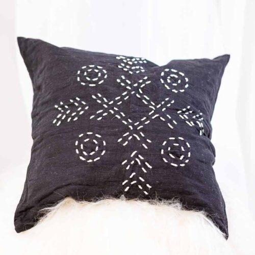 sort pute med hvitt mønster