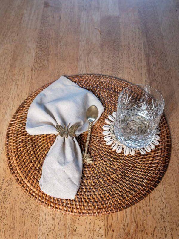 spisebrikke med serviett, skje og glass