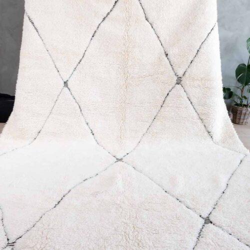 Hvitt teppe med sort diamant mønster
