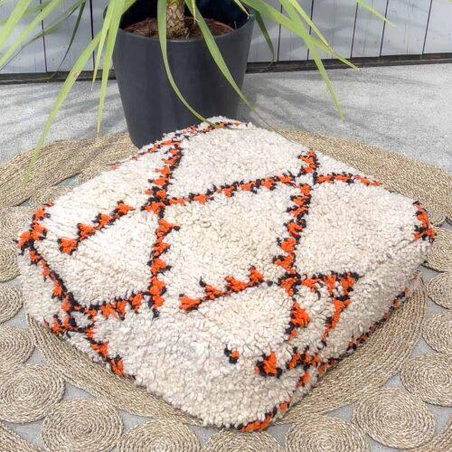 Hvit puff med orange mønster